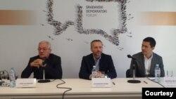 Rade Veljanovski (GDF), Miodrag Milosavljević (Fond za otvoreno društvo) i Aleksandar Olenik (GDF) na tribini Građanskog demokratskog foruma posvećenoj uzbunjivačima.