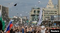 俄罗斯示威人群在莫斯科集会,向空中抛出跨平台即时通信应用Telegram的标徽--纸飞机,抗议法院作出的禁止使用Telegram应用的决定。(2018年4月30日)
