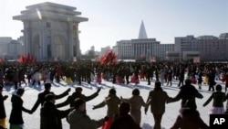 지난 30일 북한 평양 개선문 앞에서 김정은의 군 최고사령관 취임 1주년을 축하하기 위해 춤추는 시민들.