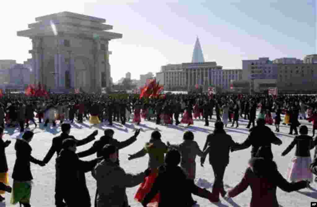 oNorth Korean students dressed up in their finest clothing and winter jackets dance at the plaza in front of the Arch of Triumph in Pyongyang, North Korea, Sunday, Dec. 30, 2012.