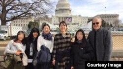 한국 장대현학교 제자들과 교사를 데리고 미국 여행 중인 루 갈로 씨(맨 오른쪽)와 리사 갈로 씨(왼쪽 두번째) 부부가 11일 워싱턴 의회 건물 앞에서 기념사진을 찍었다. 사진 제공 = 갈로 씨 부부.