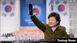 지난달 25일 제18대 한국 대통령 취임식에서 시민들에게 손을 박근혜 대통령.