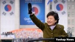 25일 제18대 한국 대통령 취임식을 마치고 청와대로 향하며 시민들에게 손을 박근혜 대통령.