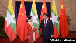 Myanmar State Counsellor Aung San Suu Kyi (L) shakes hands with Chinese President Xi (MOI)