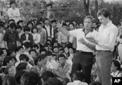 歷史照片:美國駐華大使溫斯頓·洛德在北京大學的了露天講座中對300多名中國學生講話,回答的問題從如何獲得美國簽證到如何評估毛澤東。 (1988年6月1日)