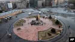 Polisi Turki berjaga di sekitar monumen Mustafa Kemal Ataturk, penggagas Turki Modern di Lapangan Turki, Istanbul, Turki (12/6).
