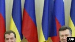Президенти Медведєв і Янукович під час церемонії підписання угоди