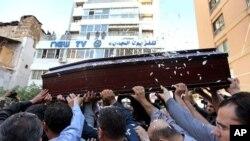 ບັນດາຜູ້ໄວ້ອາໄລກໍາລັງພາກັນຍົກຫີບສົບຂອງ ນັກຖ່າຍໂທລະພາບ ເລບານອນ Ali Shaaban, ຂອງຊ້ອງ Al-Jadeed ທີ່ຖືກຍິຮງຕາຍ ທີ່ຊາຍແດນ Lebanon-Syria ວັນທີ່ 10, ເດືອນເມສາ. 2012.