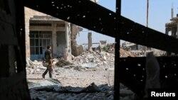 9일 시리아 다라 시 남부에서 반군 병사가 도시를 순찰하고 있다.