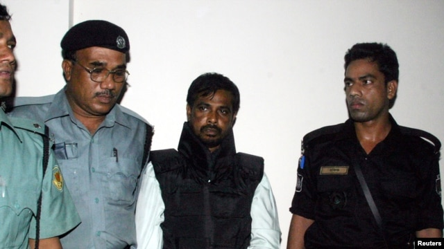 FILE - Police guard Mufti Abdul Hannan (2nd R), alleged leader of the Bangladesh chapter of the Islamist militant group Harkatul Jihad, outside a court in Dhaka, October 2, 2005.