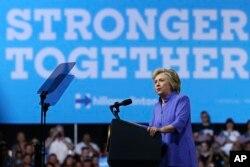 ການໂຄສະນາຫາສຽງ 2016 ຂອງທ່ານນາງ Clinton: ຜູ້ສະໝັກແຂ່ງຂັນເປັນປະທານາທິບໍດີ ຈາກພັດເດໂມແຄຣັດ ທ່ານນາງ Hillary Clinton ກ່າວຖະແຫລງ ຢູ່ທີ່ການຊຸມນຸມໂຄສະນາຫາສຽງ, ເມື່ອວັນຈັນ ທີ 15 ສິງຫາ 2016, ໃນເມືອງ Scranton, ລັດ Pensylvania.