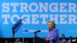Demokratlardan nomzod Hillari Klinton saylovchilar oldida Pensilvaniyada, 15-avgust, 2016-yil.
