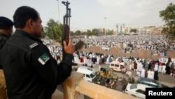 Un policier monte la garde pendant l'Eid al-Fitr marquant la fin du Ramadan pour les musulmans, à Karachi, au Pakistan, le 29 juillet 2014.