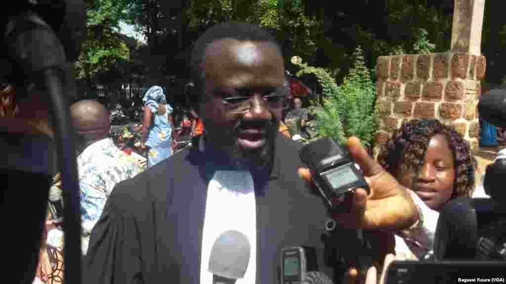 Me Bénéwendé Stanislas Sankara, un des avocats de la famille l'ancien président Thomas Sankara lors d'un point de presse à Ouagadougou, Burkina, 13 octobre 2015 (VOA/Bagassi Koura)