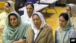 지난 5일 위스콘신 주 시크교 사원에서 일어난 총기 난사 사건 희생자 추모행사에 방문한 문상객.