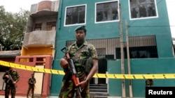 Tentara Komando Pasukan Khusus berdiri di luar masjid yang dirusak di Kolombo, Sri Lanka (11/8).