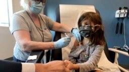 Petogodišnja devojčica prima Fajzerovu vakcinu u okviru kliničkog istraživanja na Univerzitetu Djuk u Severnoj Karolini (Foto:Shawn Rocco/Duke University)