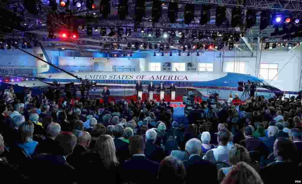 در صحنه محل مناظره، هواپیمای معروف به Air Force One قرار داشت که هواپیمای اختصاصی رونالد ریگان در سفرهایش بود.