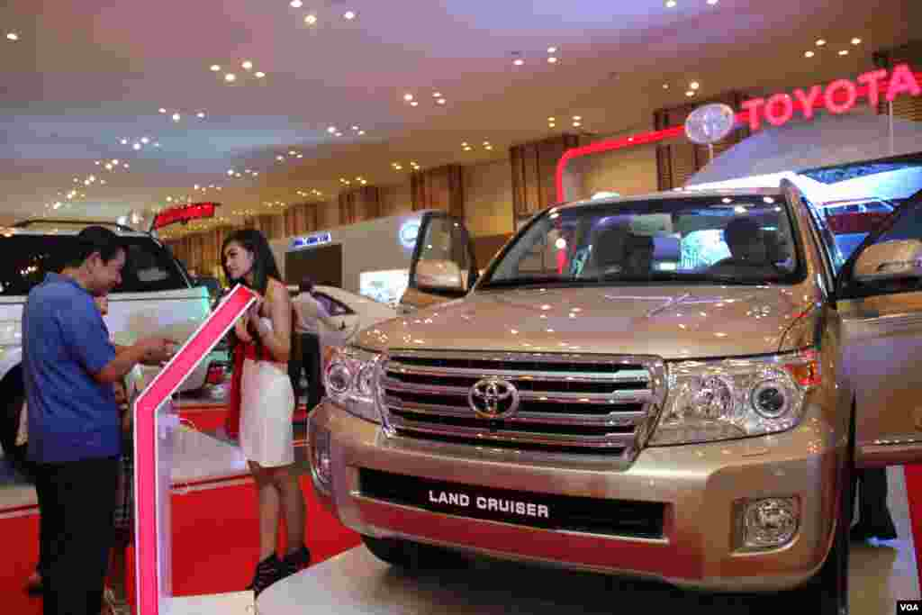 A major auto show is taking place this week in Phnom Penh at the Diamond Island Exhibition Center, October 30, 2014. (Nov Povleakhena/VOA Khmer)