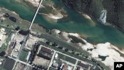 ພາບຖ່າຍທາງດາວທຽມ ຂອງໂຮງງານນິວເຄລຍ Yongbyon ຂອງເກົາຫລີເໜືອ ທີ່ຕັ້ງຢູ່ທາງທິດເໜືອຂອງນະຄອນຫລວງ Pyongyang, ວັນທີ 13 ສິງຫາ 2002