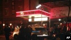 فائرنگ کے بعد پولیس اہلکار نیویارک میں ارونگ پلازہ کے باہر کھڑے ہیں۔