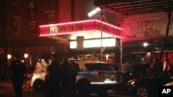 뉴욕 맨해튼 유니온 스퀘어 인근 어빙 플라자에서 25일(현지시간) 총격사건이 발생한 직후 당국자들이 현장을 살피고 있다.