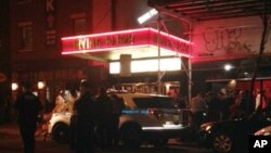Polisi New York mengamankan lokasi Irving Plaza, dekat Union Square, Manhattan pasca insiden penembakan Rabu malam (25/5).