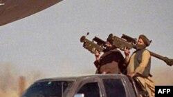 Талибы с переносными зенитными ракетами Stinger сфотографированы у аэропрта в Кандагаре, Афганистан 30 декабря 1999 г.
