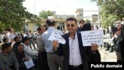 تجمع سکوت معلمان ایرانی در کرمانشاه که خواستار آزادی معلمان زندانی از جمله محمود بهشتی لنگرودی شدهاند