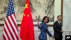 ທ່ີ່ປຶກສາຂັ້ນສູງ ສະຫະລັດ ທ່ານນາງ Susan Rice (ຊ້າຍ) ແລະ ທີ່ປຶກສາ ລັດຖະບານຈີນ ທ່ານ Yang Jiechi.