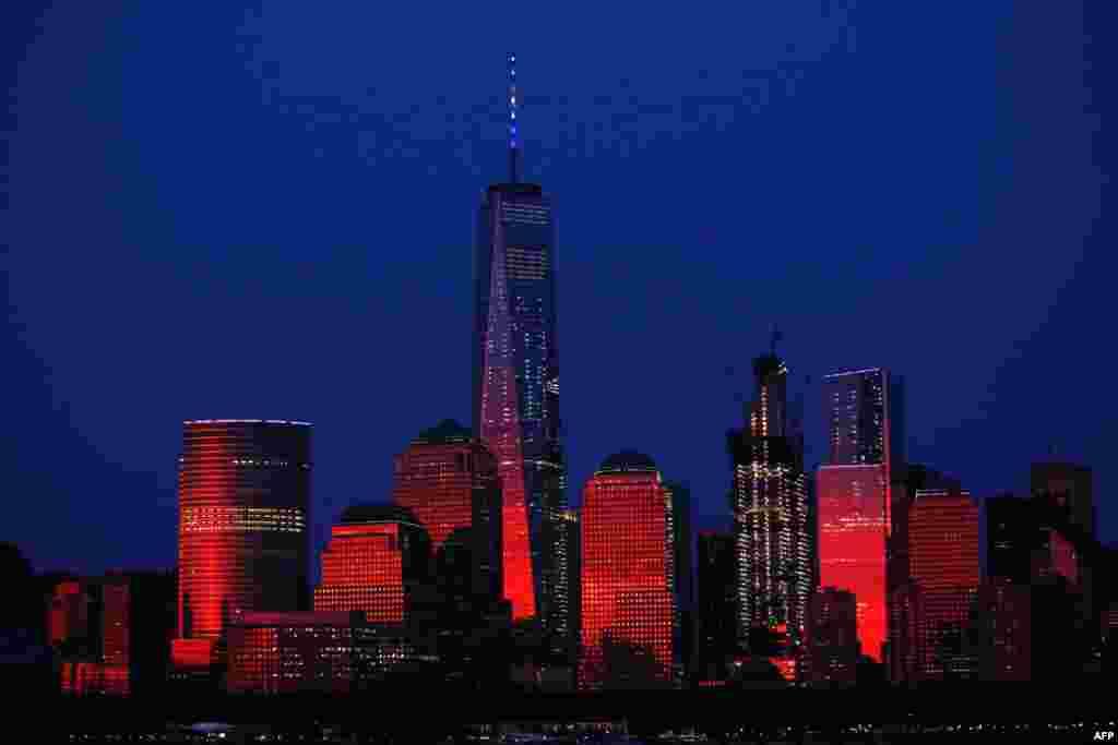 Hii picha inaonyesha ghorofa refu la One World Trade Center huko New York siku ya Julai 3, 2016, ni jengo refu lilikalia mahali palipokuwa maghorofa pacha (Twin Towers) katika anga za New York. Lilifunguliwa 2014.