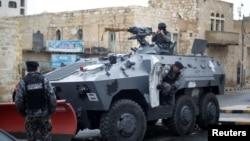 Cảnh sát Jordan đứng gác quanh lâu đài Karak, nơi bị các tay súng vũ trang tấn công hôm Chủ nhật, Jordan, 19/12/2016.