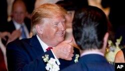 El presidente Donald Trump hace un gesto de aprobación al llegar a una cena de Nochebuena en Mar-a-lago en Palm Beach, Florida, el 24 de diciembre de 2019. AP/Andrew Harnik.