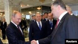 俄羅斯總統普京與烏克蘭總統波羅申科(右)。(8月26日資料照片)