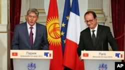 Qirg'iziston Prezidenti Almazbek Atambayev Parijda Fransiya Prezident Fransua Olland bilan matbuot anjumanida qatnashmoqda, 25-mart, 2015-yil