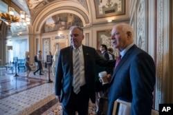 美國參議院外交委員會委員卡丁(右)和凱恩抵達華盛頓國會山(2017年8月3日)