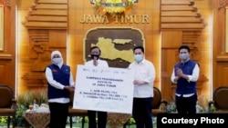Kementerian BUMN menyerahkan bantuan kepada Pemprov Jawa Timur untuk percepatan penanganan corona (Foto: Humas Pemprov Jawa Timur).