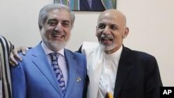 صدارتی انتخاب میں تصویر میں دائیں جانب موجود اشرف غنی نے 50 فیصد ووٹ حاصل کیےہیں جبکہ بائیں جانب موجود عبداللہ عبداللہ 39 فی صد ووٹ حآصل کر سکے ہیں تاہم انہوں نے نتائج تسلیم کرنے سے انکار کیا ہے — فائل فوٹو