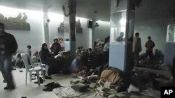 شهروندان شهر حمص در یک سرپناه موقتی