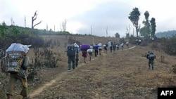 Người sắc tộc Karen chạy lánh nạn, tránh các binh sĩ Miến Ðiện