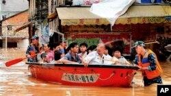 武警8月18日在广东省怀集疏散居民