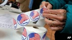 """一名选民在纽约州基斯科山投票后,拿到了""""我投了票""""贴纸。 (2018年11月6日)"""
