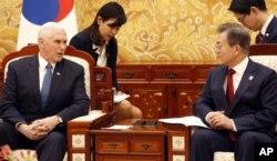 美国副总统迈克·彭斯(左)2018年2月8日在首尔青瓦台总统府会见韩国总统文在寅。