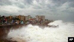 Vişakhapatnam'da dalgaları kaygıyla izleyen Hintliler
