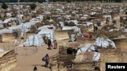 Des personnes marchent dans le camp des déplacés internes de Maiduguri, au Nigeria, le 1er décembre 2016.