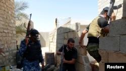 اعضای نیروهای امنیتی و رزمندگان قبیله ای عراق در کمین پیکارجویان گروه موسوم به «دولت اسلامی» در حومه رمادی