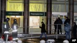 Igipolisi gihagaze ku rwinjiriro wr'amaduka, inyuma y'aho haturikiye bombe i St. Petersburg mu Burusiya