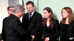 سانا مارین، نخست وزیر جدید فنلاند با رئیس جمهور این کشور سالی نینیستو دست می دهد