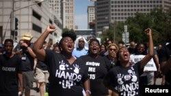 黑人青少年被警察開槍打死事件引發遊行抗議