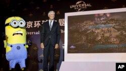 Tom Williams, CEO de Universal Parks and Resorts, devela la ilustración del parque que se construirá en China.